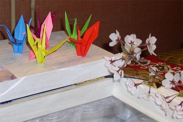 糸島葬儀羅漢の故人への折鶴と桜