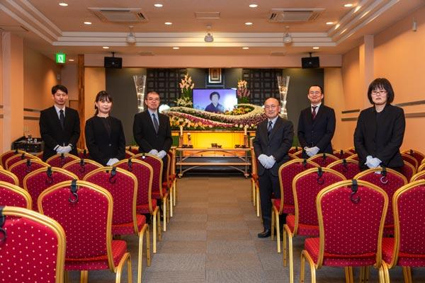 糸島の葬儀場らかんの大ホール「ファミリーホール羅漢」とスタッフ
