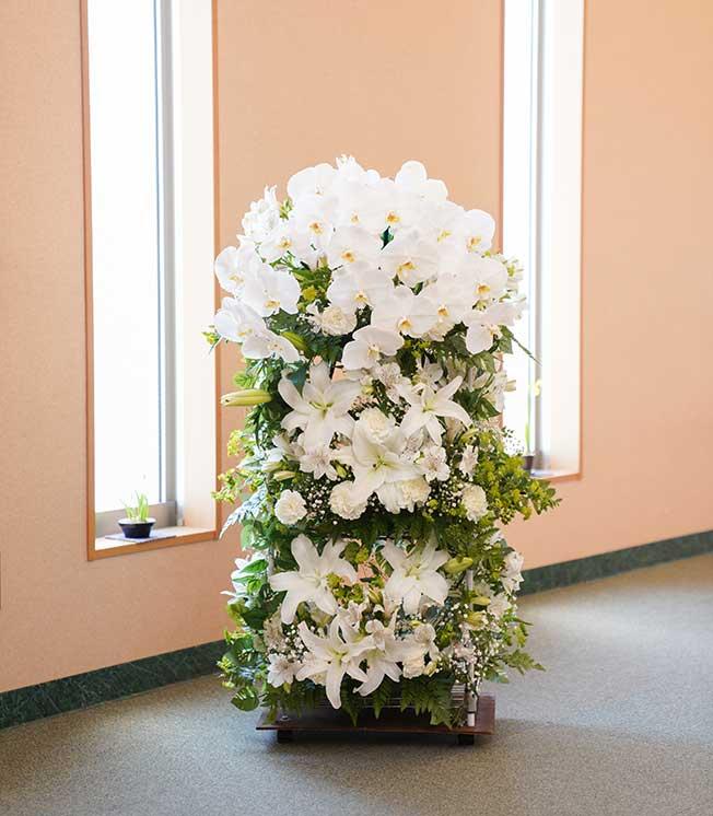 ご供花 胡蝶蘭とユリをふんだんに使用した当社オリジナル生花スタンド